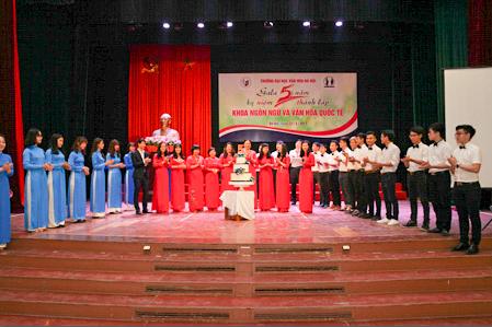 Khoa Ngôn ngữ và Văn hóa quốc tế tưng bừng kỉ niệm 5 năm thành lập