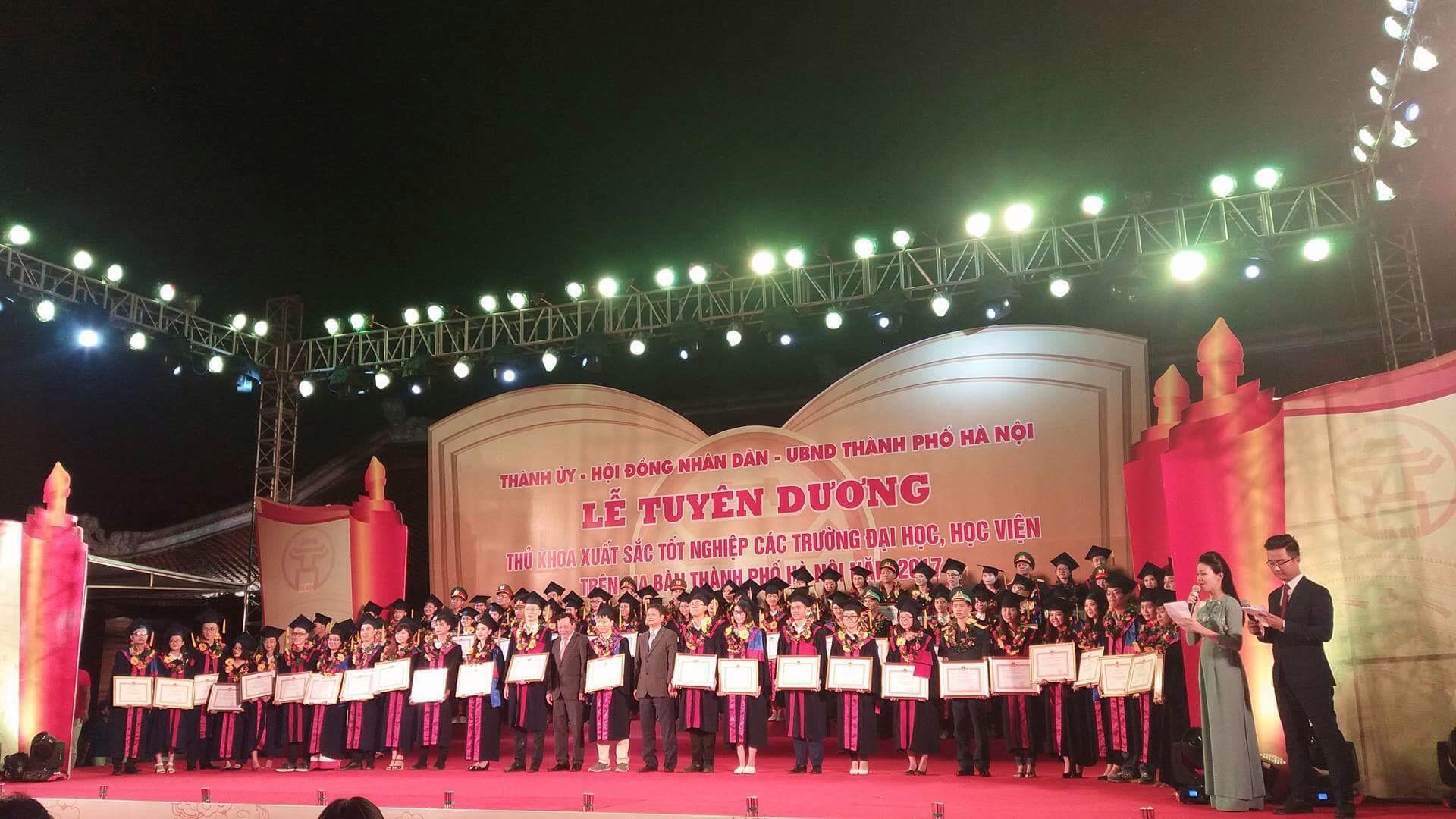 Đại diện sinh viên trường ĐHVHHN được tuyên dương thủ khoa xuất sắc tốt nghiệp các trường đại học, học viện ở Hà Nội năm 2017