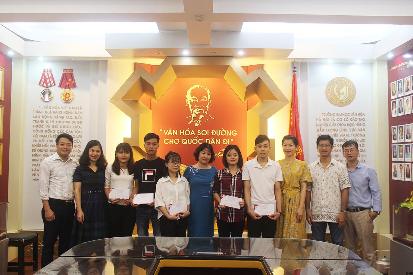 Câu lạc bộ Chia sẻ tặng 5 suất học bổng cho sinh viên nghèo vượt khó