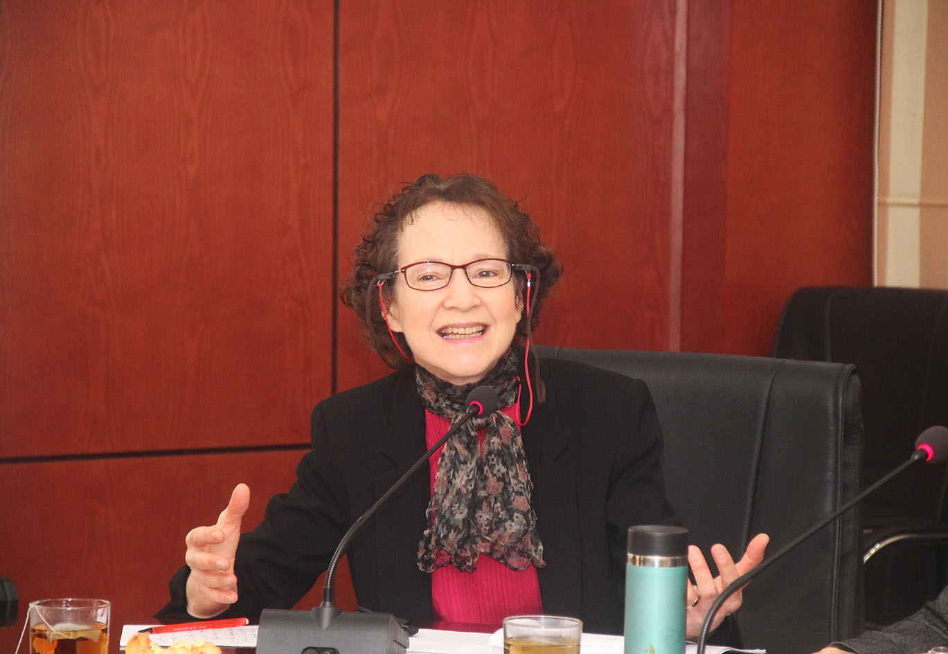 """Giáo sư Susan Bayly thuyết trình về """"Nhân học và nhân học văn hóa trong nghiên cứu và giảng dạy hiện nay"""""""