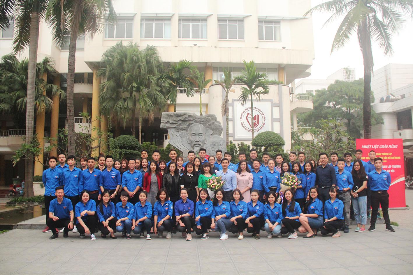 Đoàn TNCS Hồ Chí Minh Trường Đại học Văn hóa Hà Nội tặng ghế đá cho Nhà trường