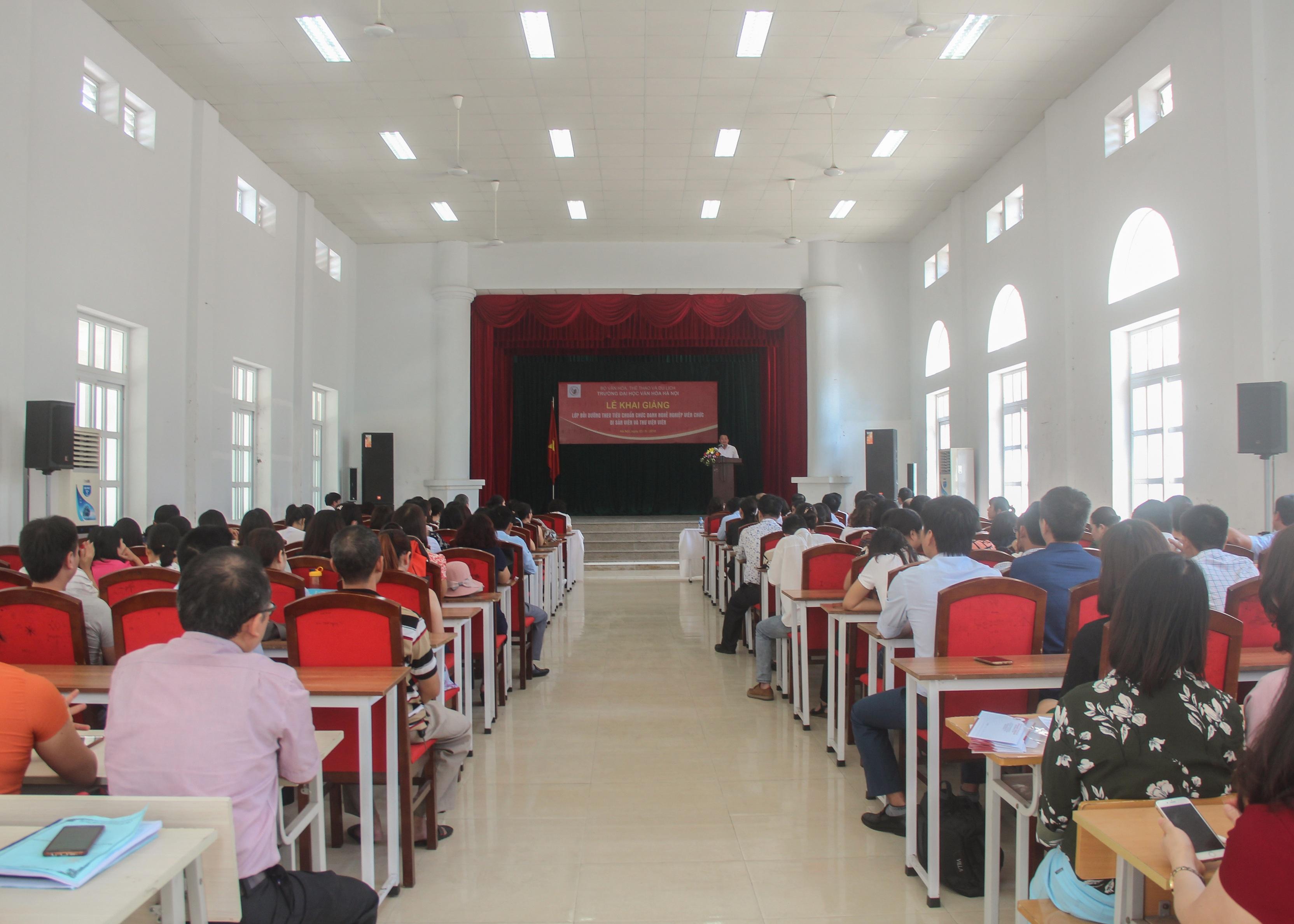 Lễ khai giảng lớp bồi dưỡng theo tiêu chuẩn chức danh nghề nghiệp viên chức Di sản viên và Thư viện viên