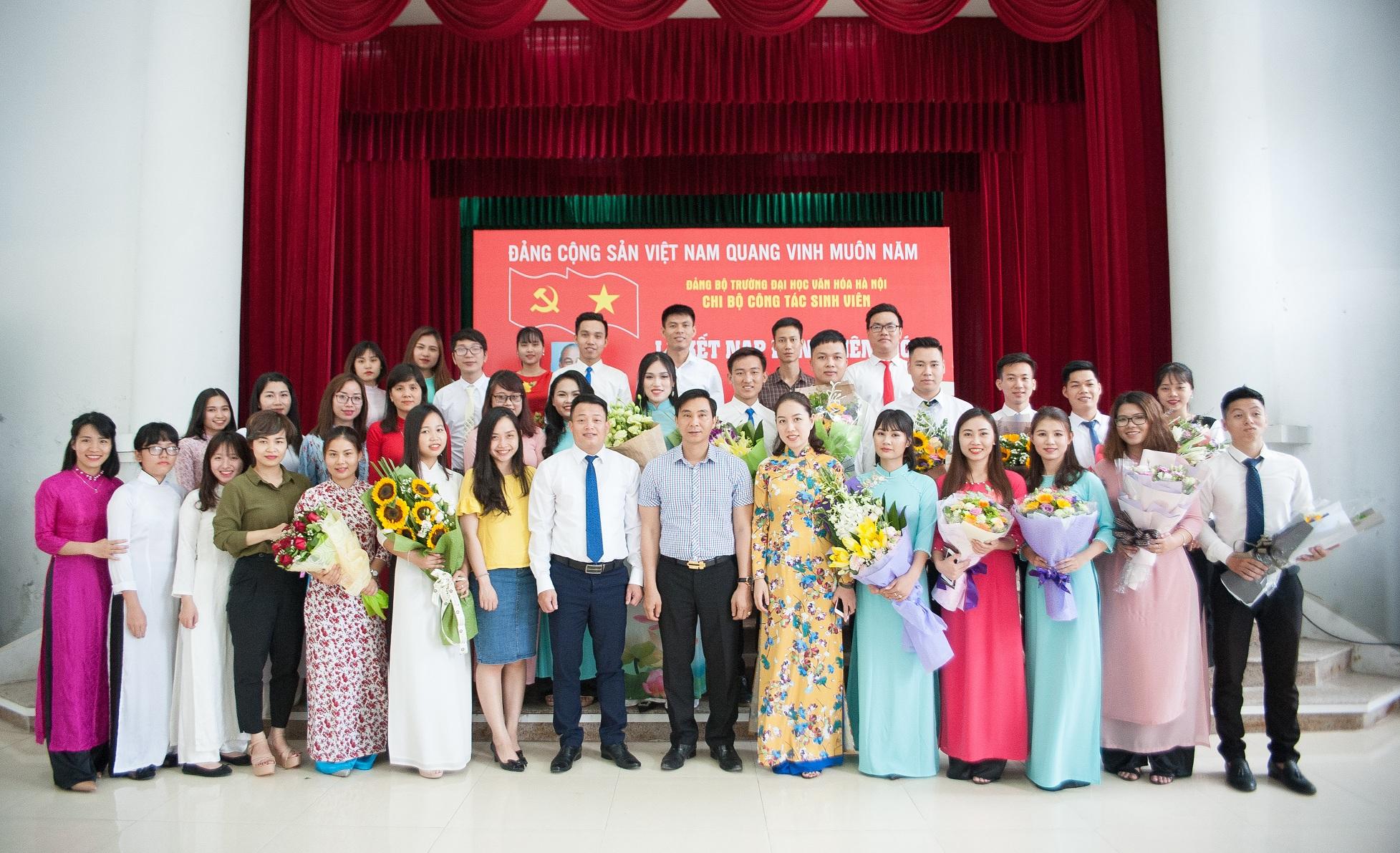 17 sinh viên ưu tú Trường Đại học Văn hóa Hà Nội được kết nạp Đảng