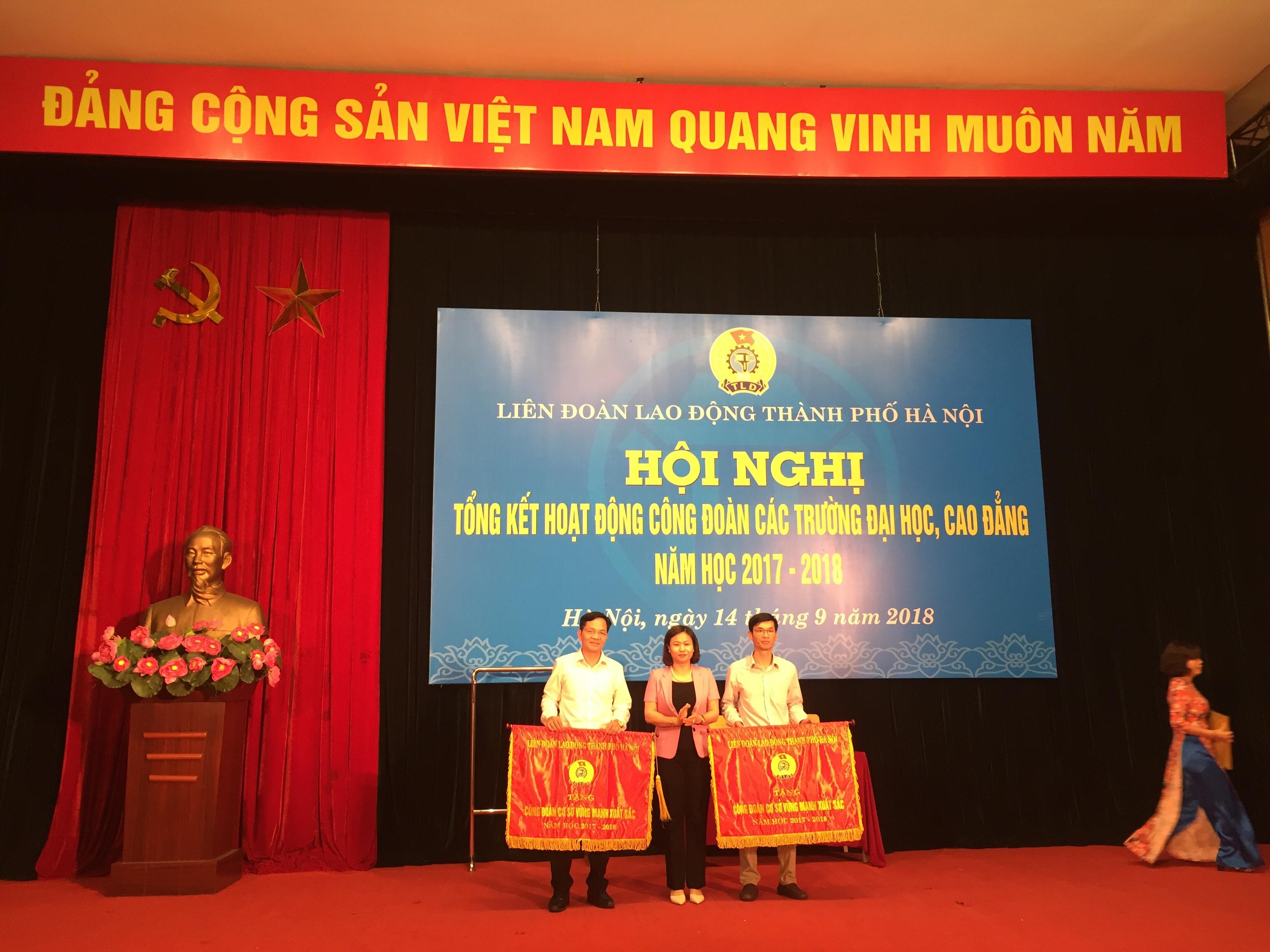 Công đoàn Trường Đại học Văn hóa Hà Nội vinh dự nhận cờ thi đua năm học 2017 - 2018 của Liên đoàn Lao động Thành phố Hà Nội
