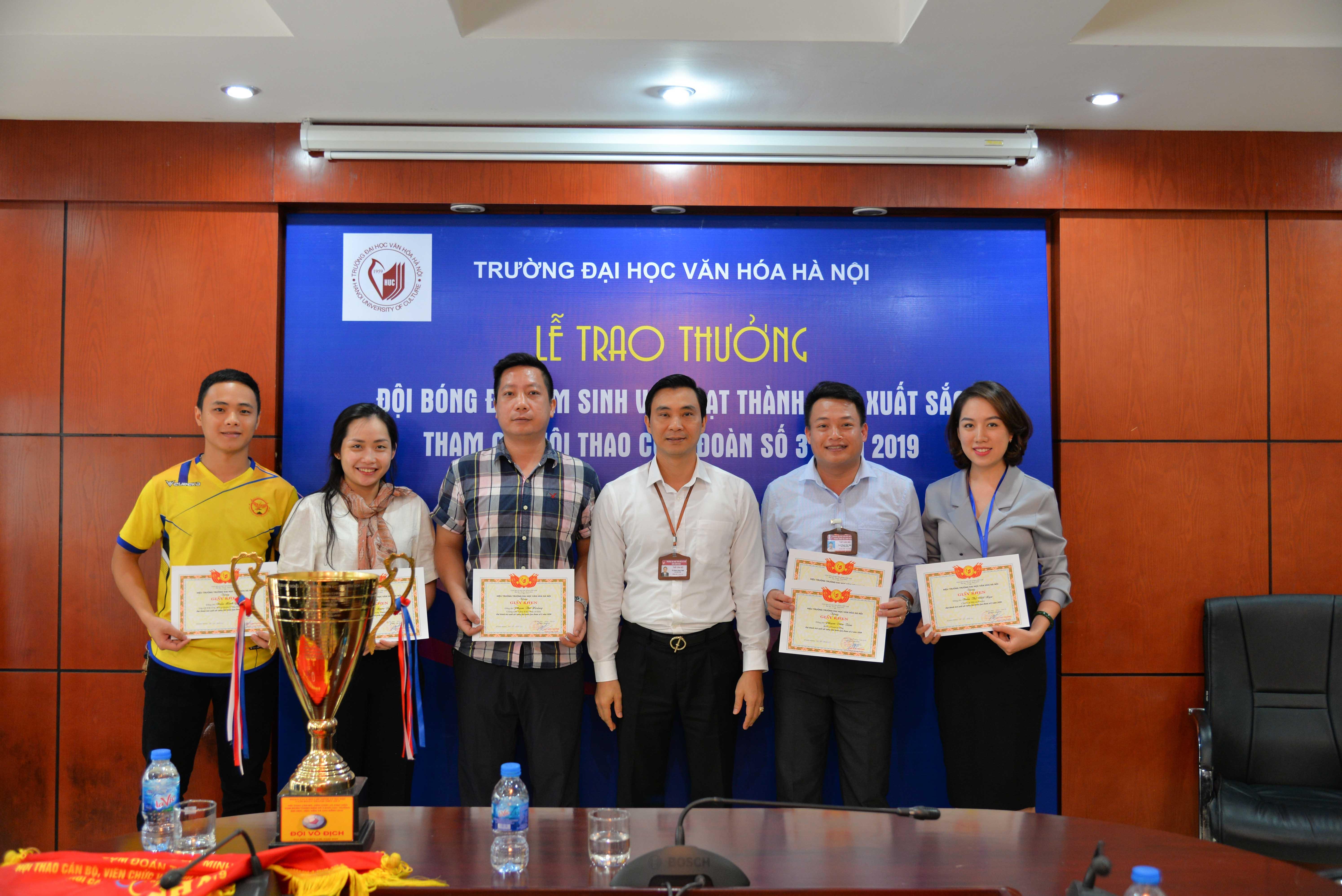 Lễ trao thưởng đội bóng đá nam sinh viên đạt thành tích xuất sắc tham gia Hội thao Cụm Công đoàn số 3 năm 2019