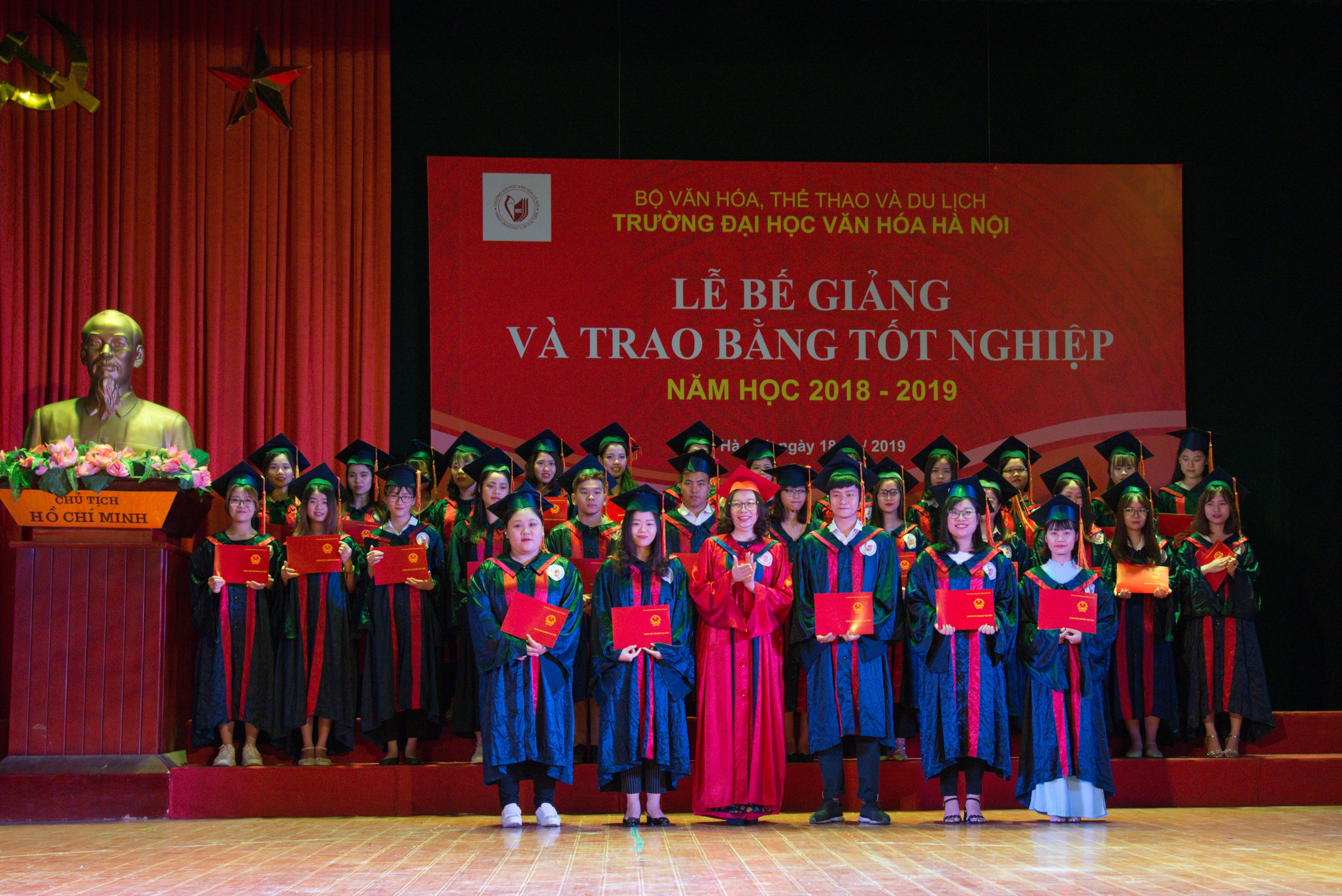 Lễ bế giảng và trao bằng cử nhân cho sinh viên tốt nghiệp năm 2019