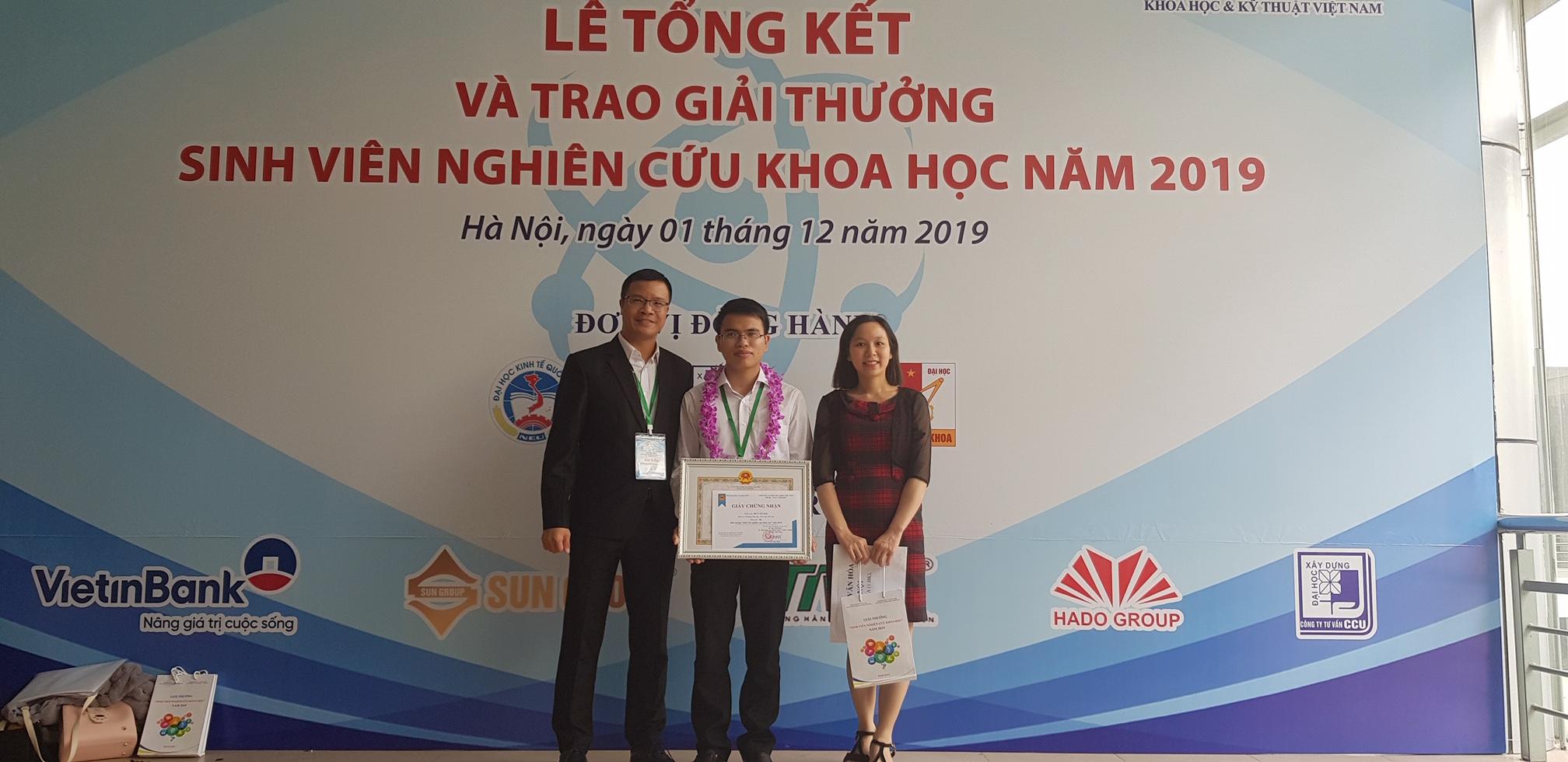 Sinh viên Bùi Văn Hài nhận giải thưởng Sinh viên Nghiên cứu khoa học các cấp năm 2019